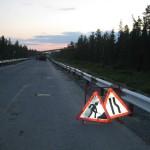 Участок дороги, где шел ремонт, был обозначен предупреждающими знаками.