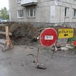 Дорогу возле домов на ул. Победы раскопали, чтобы заменить прохудившиеся трубы теплотрассы. Поменять здесь предстояло 13 метров труб. Фото Артема Есаулкова.