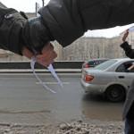 Оппозиционеры взяли Кремль в «белый круг»