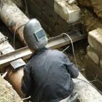 Вторые сутки рабочие Вертикали ремонтирует теплотрассу. Фото автора