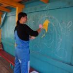 Гример театра Наталья с удовольствием наносит краску, как грим, привычным жестом. Фото Анжелики Королевой