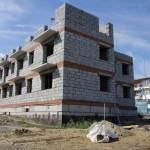 Стройка трехэтажного дома на ул. Короленко,65 идет не такими быстрыми темпами, как хотелось бы. Фото Натальи Вотяковой.