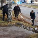 """Металлурги начали уборку своих участков пока на дворе стоит хорошая погода. Фото Кристины Петровой, газета """"Глобус""""."""