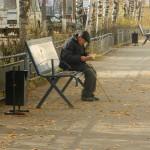 В Серове кто-то разложил книги на скамейках по улице Ленина