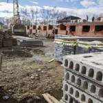 Строительство теперь уже 3-этажного дома на пр. Серова, 42 застопорилось. А как лихо работали ребята-строители еще в августе. Фото Владислава Бурнашева.