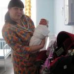 Автоинспекторы пришли в роддом Серова с подарками мамам