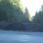Горы асфальта лежат вдоль дороги. Кто ответит?