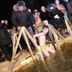 Сотни серовчан искупались в ледяной купели в Крещенскую ночь (фото)