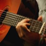 Душевные песни и звук гитары помогут скрасить вечер. Фото из открытых интернет-источников.