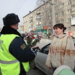 Инспекторы в Серове дарили женщинам цветы