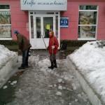 В Серове на молодую женщину упала ледяная глыба