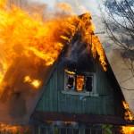 В микрорайоне Вятчино на окраине Серова полыхает большой пожар