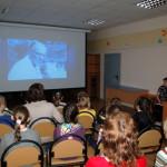 Музыкальное занятие с детьми проводила  библиотекарь Марина Демчук (справа у компьютера). Фото Анжелики Королевой.