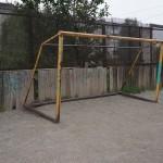 Эти ворота местные подростки использовали в качестве качелей. ФОТО: Константин Бобылев
