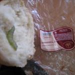 Хлеб с гусеницей продали покупательнице в одном из магазинов Серова