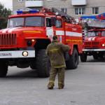 """ДЖетям продемонстрировали пожарное оборудование. их восторгу не было предела. Фото: Константин Бобылев, газета """"Глобус""""."""