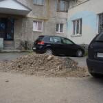В одном из серовских дворов куча земли заняла парковочные места