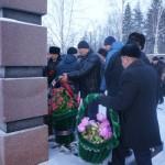 """После митинга все желающие могли возложить цветы к памятнику либо поставить траурные корзины. Фото: Екатерина Баязитова, """"Глобус"""""""