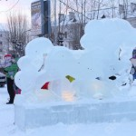 """Краснотурьинский новогодний городок украшают ледяные фигуры. Фото: """"Вечерний Краснотурьинск"""""""