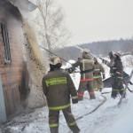 В Серове на улице Новолесопильной бушует пожар