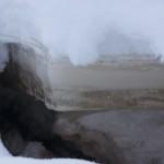 """Возле берега Лозьвы лед """"просел"""", демонстрируя прозрачность и толщину. Фото: Екатерина Баязитова, """"Глобус"""""""