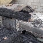 """Огонь не пощадил ничего, вместе с домом сгорели все надворные постройки и машина в гараже. Фото: Константин Бобылев, """"Глобус""""."""