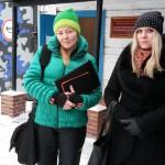Лариса Захарова и Светлана Малюгина - у ворот сосьвинской колонии. Фото: паблик ОНК вконтакте.