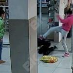 Стоит отметить, что охранник «Столичном», судя по видео, не очень спешил на происшествие. Он подошел практически последним, когда уже драку разняли случайные прохожие. Скриншот видеозаписи.