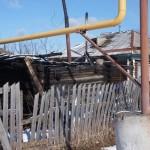 """По словам Леонида Казанцева, не смотря на то, что в непосредственной близости к горящей бане находится труба газопровода, опасности никакой не возникало. Фото: Константин Бобылев, """"Глобус"""","""