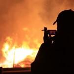 """Огнеборцы отмечают, что очевидцы пожаров часто берутся за телефоны не для того, чтобы вызвать пожарную охрану, а чтобы снять пожар на фото или видео. И только потом начинают помогать в тушении. Фото: Константин Бобылев, """"Глобус""""."""