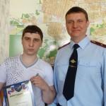 Курирующий общественную безопасность в серовском отделе МВД Александр Азаров вручает Сергею благодарственное письмо