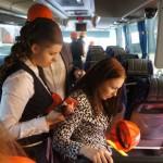 В автобусе журналистам дали каски.