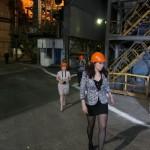 Журналистов водили по цехам металлургического завода.