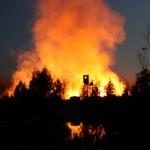 """Зарево полыхавшего пожара было видно даже из города. Фото: Константин Бобылев, """"Глобус""""."""