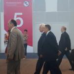 Виктор Якимов, вице-спикер ЗакСобрания (в центре, седой), и депутат Анатолий Сухов спешат на заседание с участимем премьера Медведева.