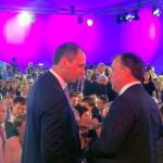 Денис Паслер, премьер Свердловского правительства (слева),  почти не оставался один: у многих было желание пообщаться с ним.