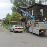 """Первый автомобиль, который был эвакуирован органами правопорядка, был припаркован прямо зле шлагбаума проходной. Фото: Константин Бобылев, """"Глобус""""."""