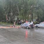 """После совершения наезда на пешехода, девушка, управлявшая автомобилем, проехала еще добрых 30 метров, и только потом остановилась. Фото: Константин Бобылев, """"Глобус""""."""