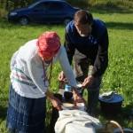 В таком ведре в полевых условиях заваривается капорский чудо-чай и для гостей, и для своих. В общине людей много, поэтому опустошив первый сосуд, на огонь незамедлительно отправляется второй.