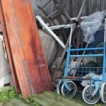 """Тележка, на которой женщина вывезла труп, по сей день находится среди прочего хлама во дворе дома. Фото: Константин Бобылев, """"Глобус""""."""