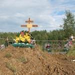"""В этой, еще свежей, могиле на филькинском кладбище покоится тело молодого мужчины, убитого собутыльницей. Фото: Константин Бобылев, """"Глобус""""."""
