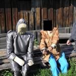 Чтобы сымитировать положение мужчины и женщины в момент убийства, было решено воспользоваться грудой досок у соседнего сарая. Фото: следственный комитет.