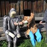 Елена демонстрирует, как нанесла удар ножом Константину. Фото: следственный комитет