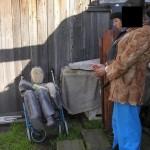 Женщина вынесла тело убитого на улицу и погрузила на металлическую коляску. По словам соседей, тележка эта раньше была инвалидным креслом, появилась возле дома около недели назад. Предполагают, что принесли ее из бывшего Дома сестринского ухода. Фото: следственный комитет