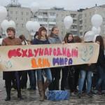 """Детии пришли на площадь с многочисленными плакатами, призывающими жить в мире. Фото: Константин Бобылев, """"Глобус""""."""