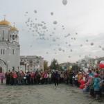 """Шары были выпущены в воздух под звон колоколов. Фото: Константин Бобылев, """"Глобус""""."""