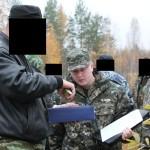 """Эксперт-криминалист производит замеры ножа. Фото: Константин Бобылев, """"Глобус""""."""