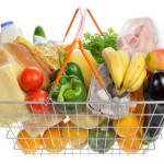 """Согласно Федеральному закону """"О потребительской корзине"""" в месяц взрослый человек трудоспособного возраста должен потреблять 10,5 кг хлебных продуктов (в том числе макароны, крупы), 8,3 кг картофеля, 9,5 кг овощей, 5 кг свежих фруктов, около 2 кг сахара и кондитерских изделий в пересчете на сахар, 4,8 кг мясопродуктов, 1,5 рыбопродуктов, 24 кг молока и молокопродуктов, 17,5 яиц, 900 гр растительного масла и других жиров, и 400 граммов """"прочих продуктов"""", к которым отнесены соль, чай, специи. Фото:  открытые интернет-источники"""