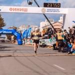 Антон Головин финиширует в Сибирском международном марафоне. Фото: из социальной сети vk.com