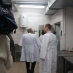 Комиссия осматривает пищеблок